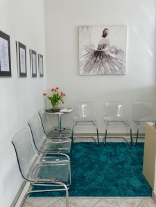 Blick in den Wartebereich mit Stühlen