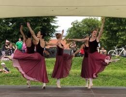 Erwachsenen Ballett auf der Bühne in roten Kleidern
