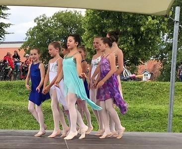 Kinder auf der Bühne - Ballett in bunten Kleidern
