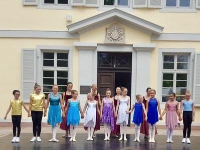 Kinder verbeugen sich vor dem Schloss