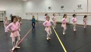 Eine Klasse von tanzenden Ballerinas